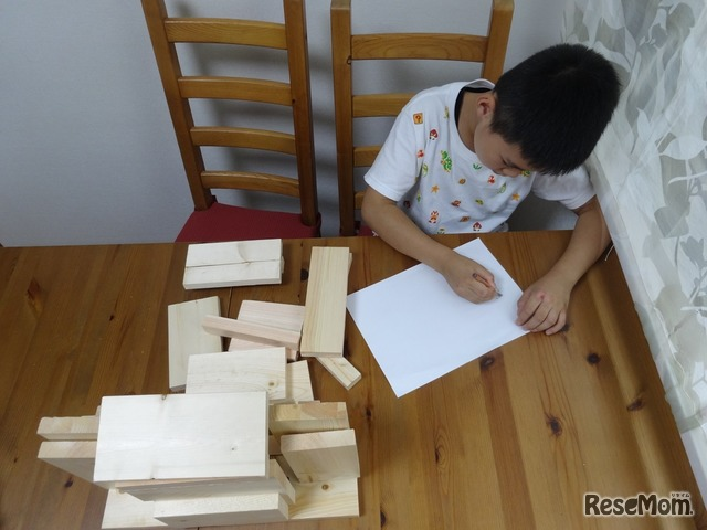 貯金箱のイメージを膨らませるため、木材を積んでみる