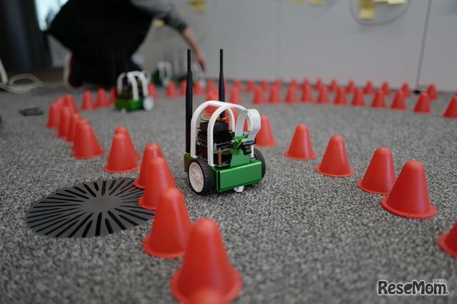 Jetson(マイコン)を搭載したJetbotというロボットをコースに置いて走らせる実習のようす